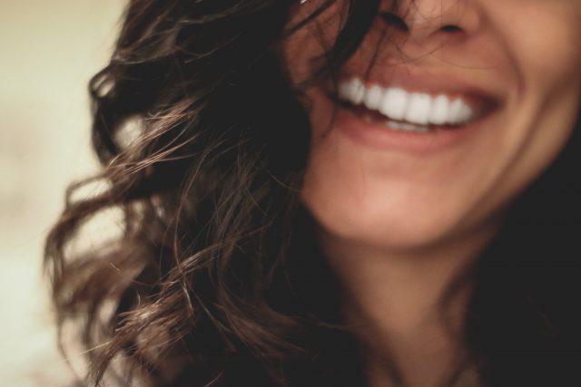 cara mengatasi gigi berlubang - penyebab gigi berlubang