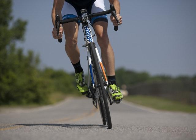 olahraga mengecilkan paha - bersepeda