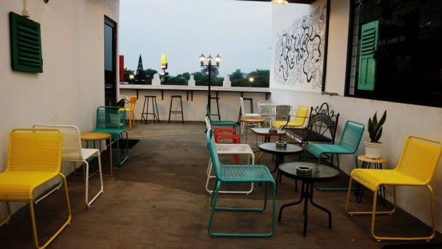 Cafe Instagramable di Jakarta - Morethana Mini Library & Coffee