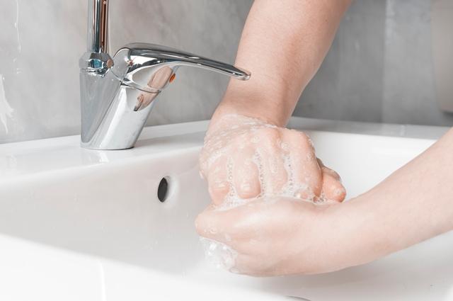 langkah 4 mencuci tangan yang benar