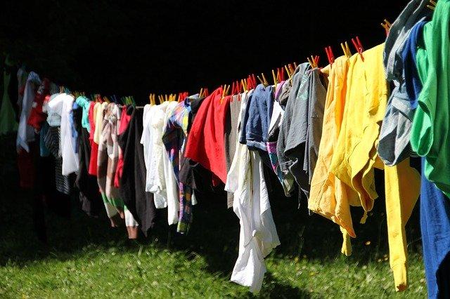 mencuci baju dirumah